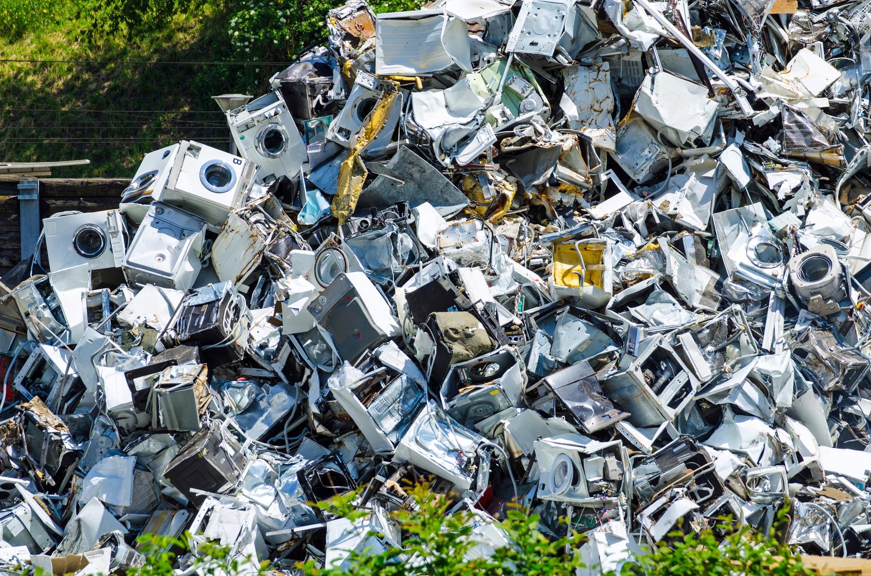 Das Bild zeigt einen Müllberg aus Waschmaschinen.