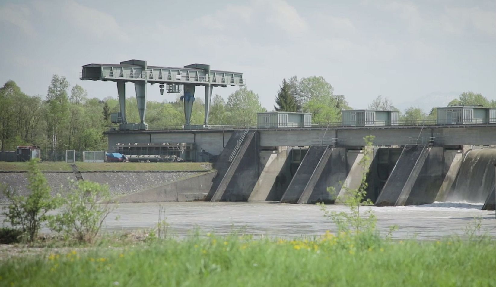 Foto: Seitlicher Blick auf eine Wasserkraftanlage am Inn.