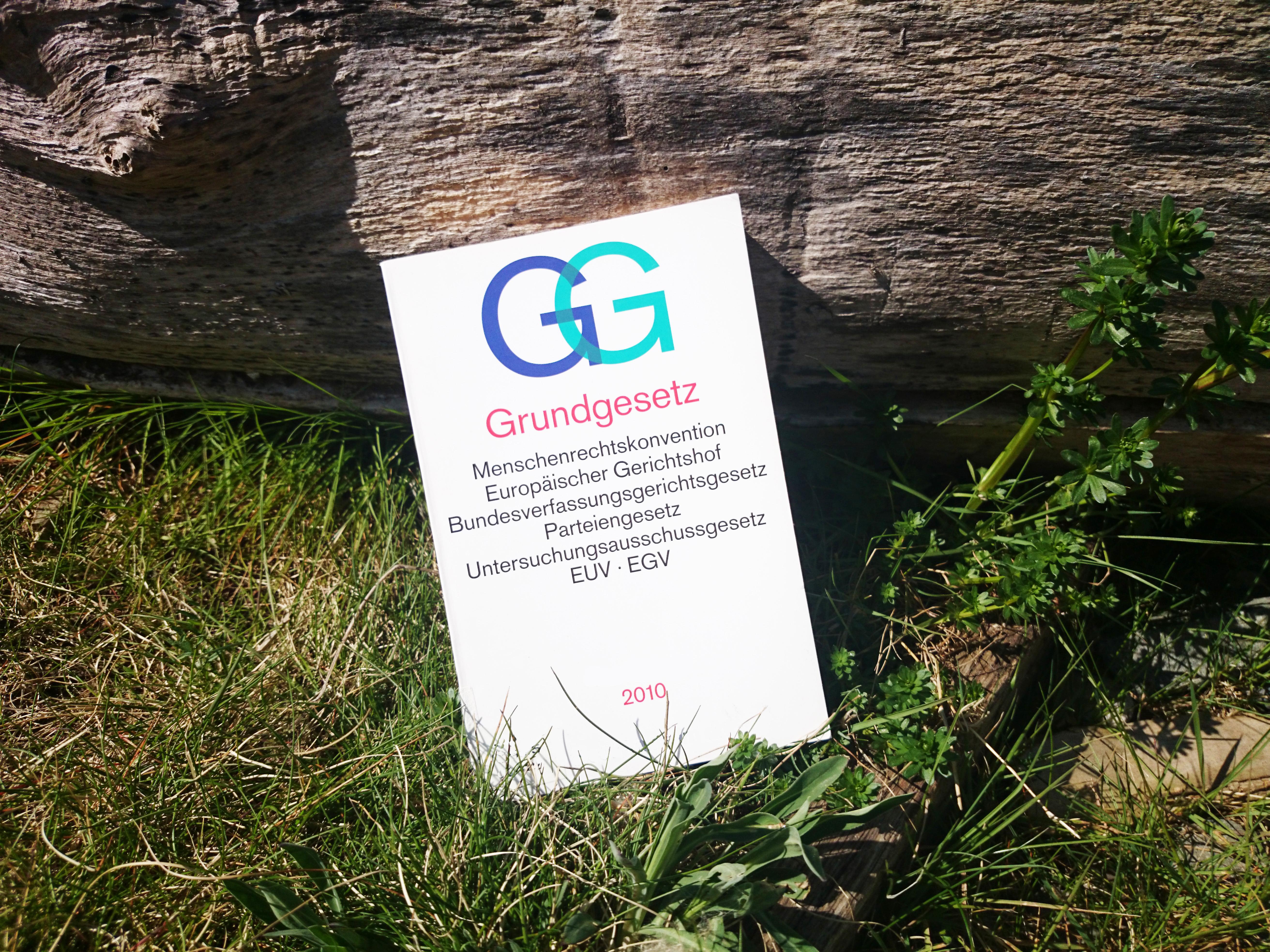 Das Grundgesetzbuch im Gras