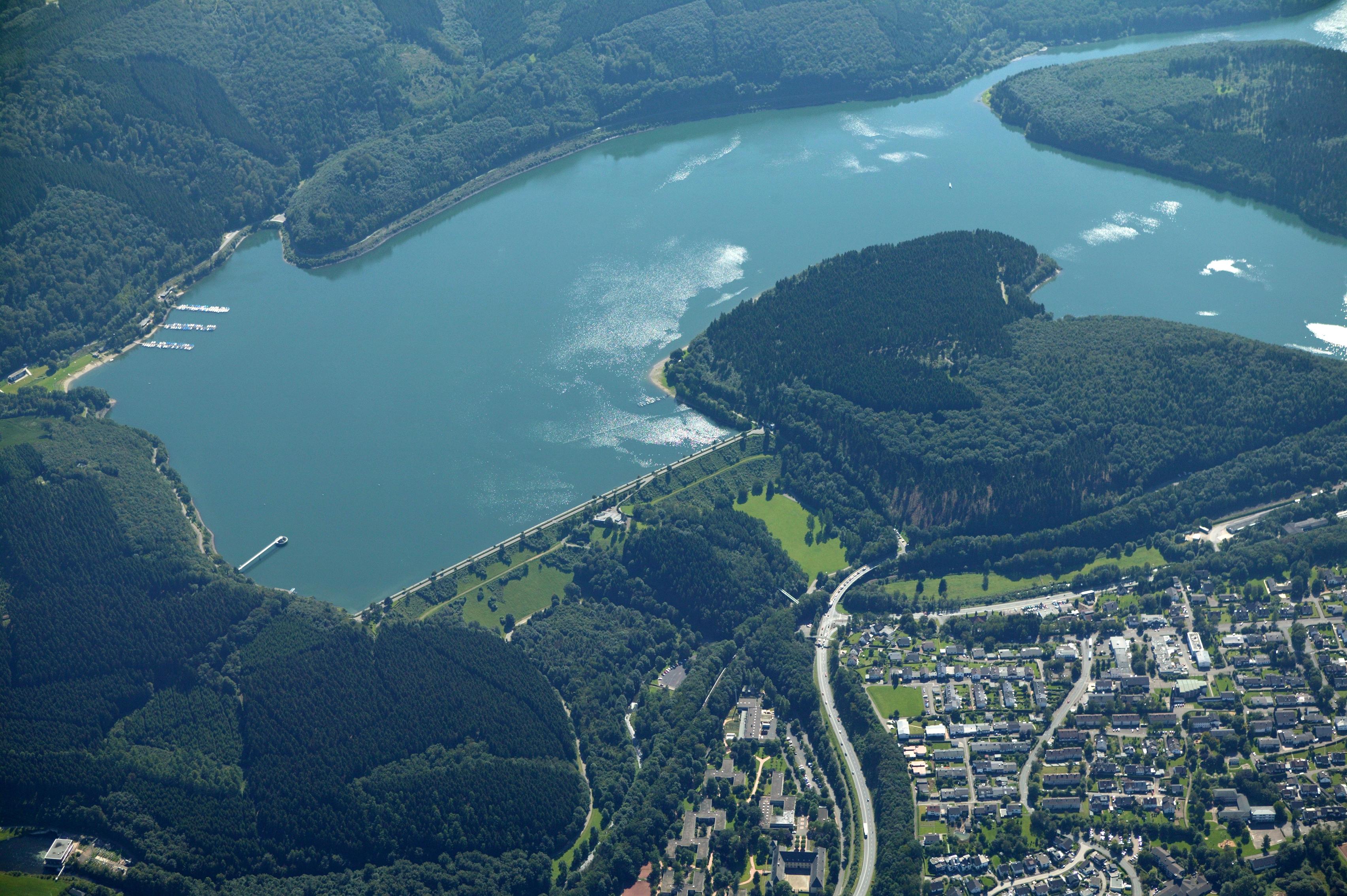 Ein Luftbild der Biggetalsperre in Nordrhein-Westfalen