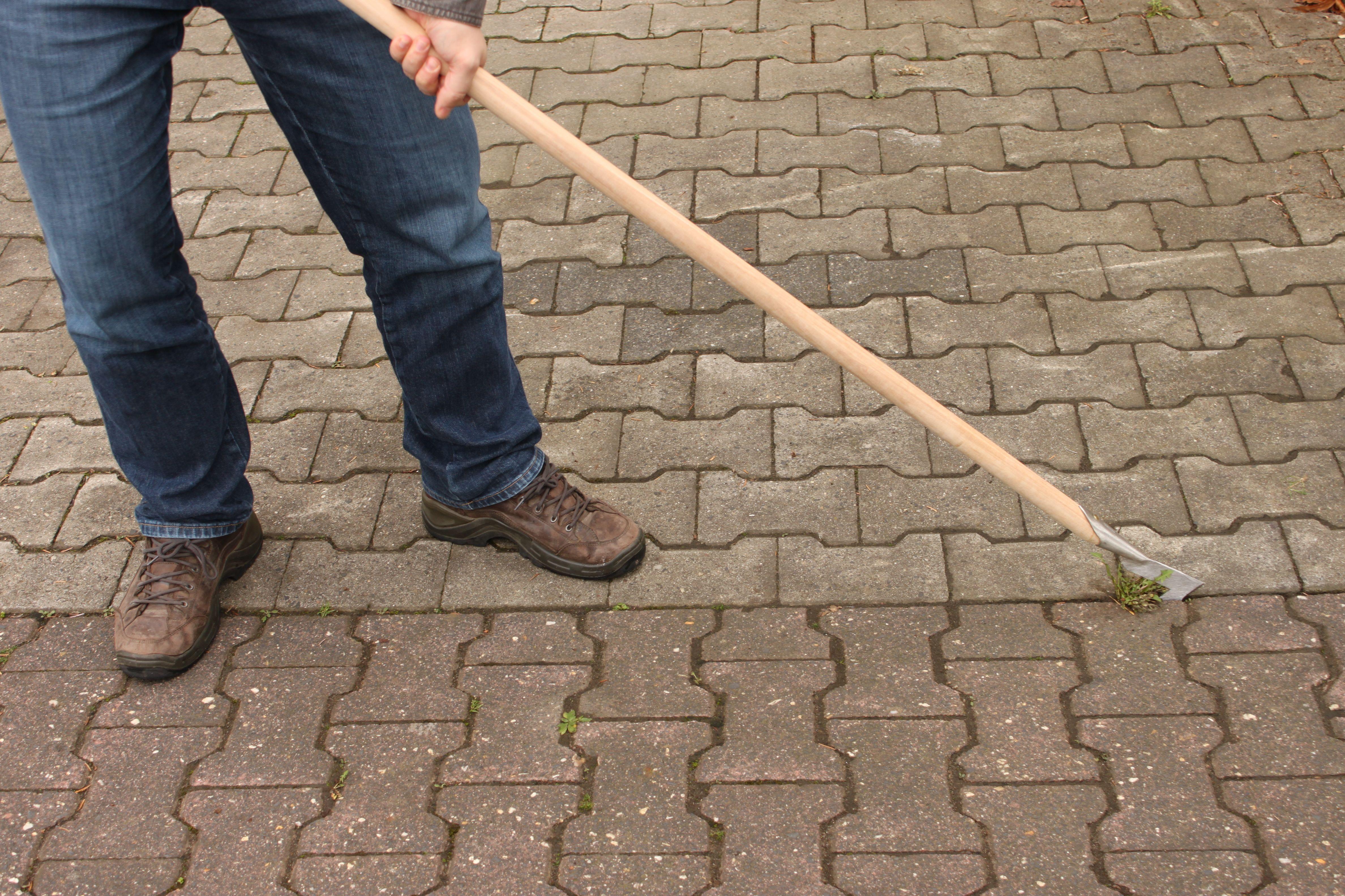 Der Fugenkratzer im Einsatz auf einem Doppel T-Verbundpflasterweg