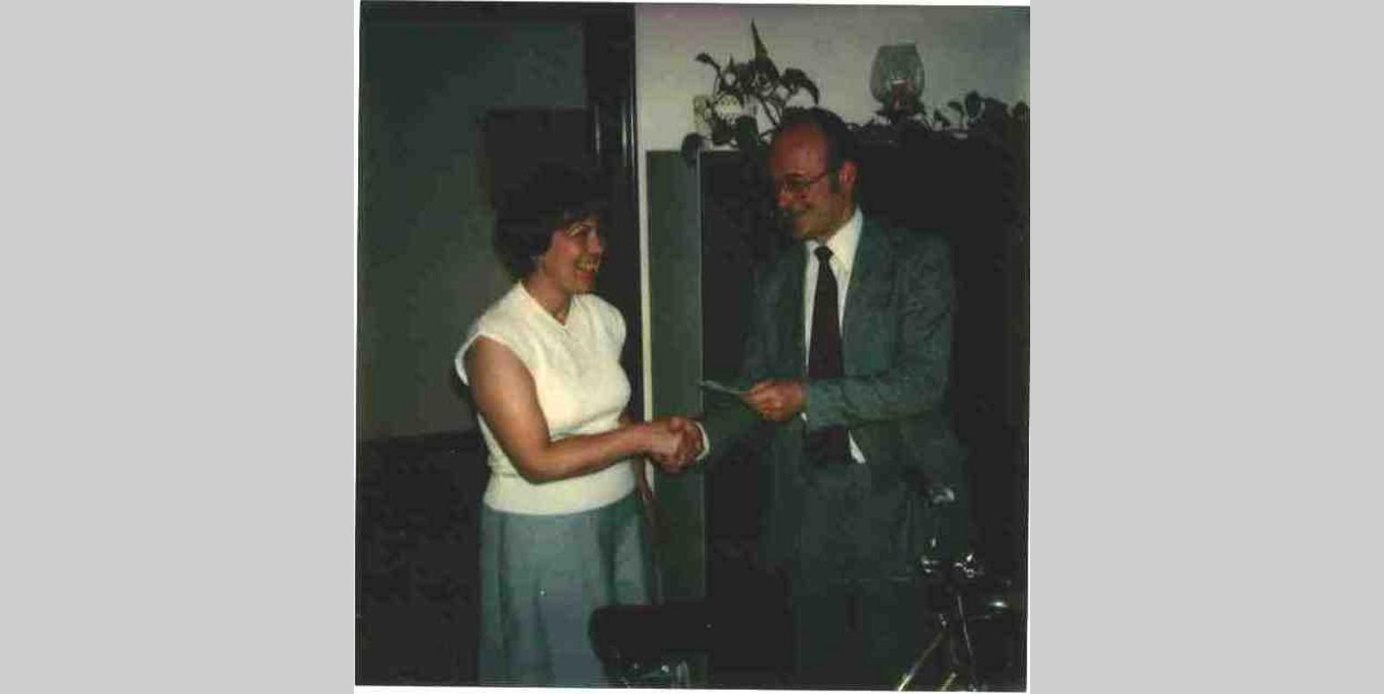 """UBA-Präsident Lersner übereicht einer Gewinnerin des UBA-Gewinnspiels """"Fahr´ Rad mit dem Umweltbundesamt"""" am Tag der Umwelt 1979 ein Fahrrad als Gewinn"""