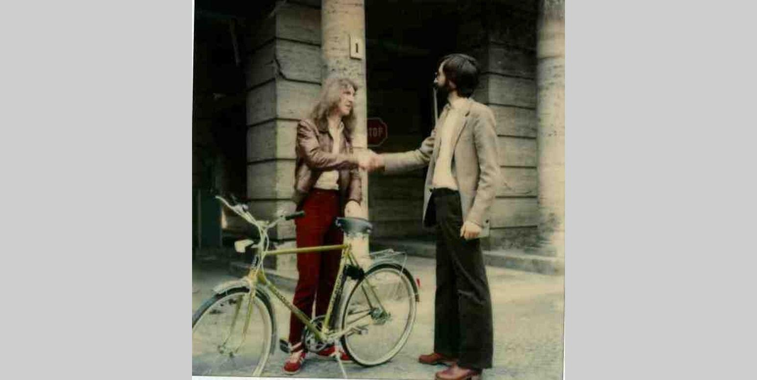 Ein Gewinner des UBA-Gewinnspiels bekommt am Tag der Umwelt 1979 ein Fahrrad als Gewinn überreicht