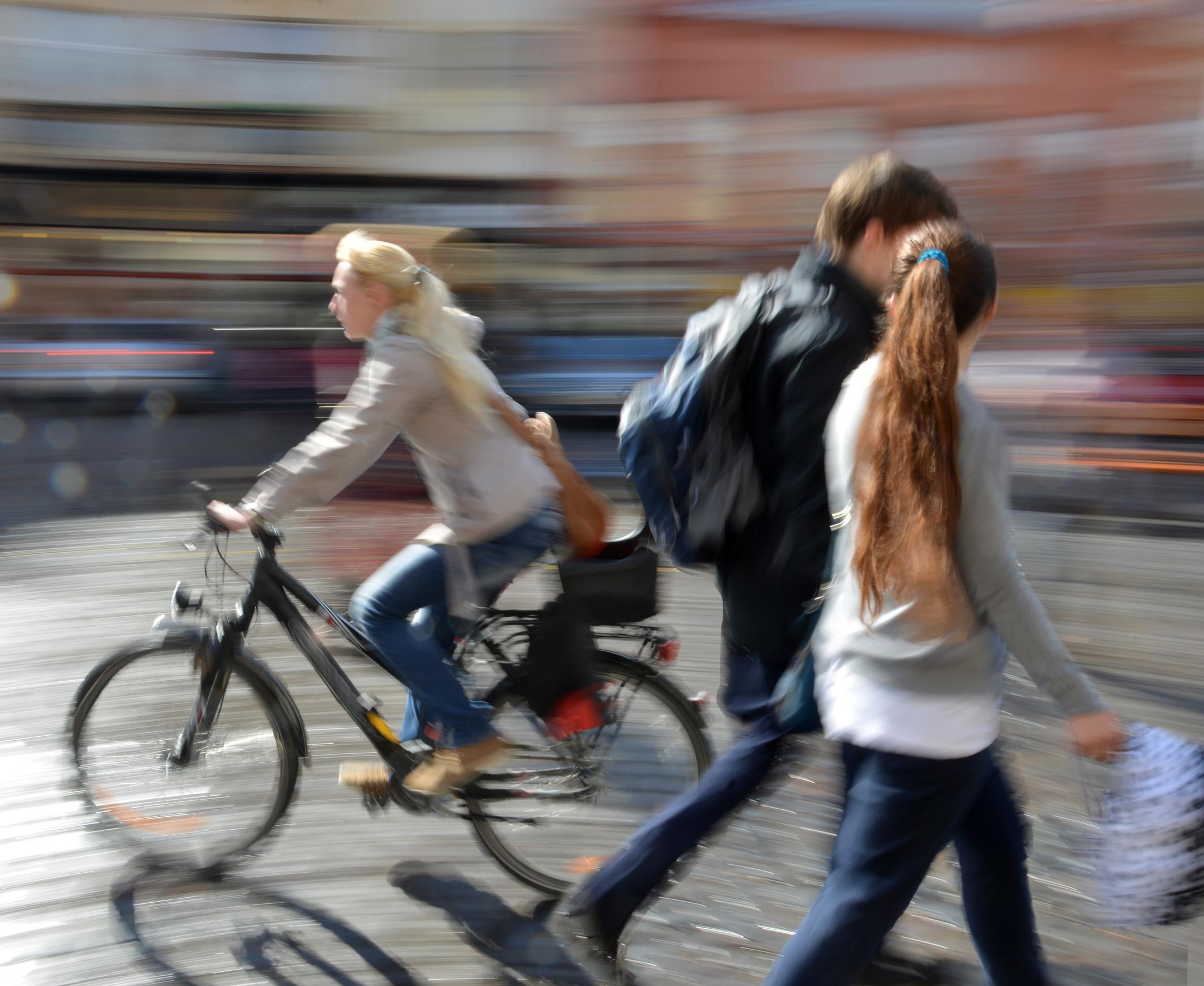 Das Foto zeigt Fußgänger und Radfahrer