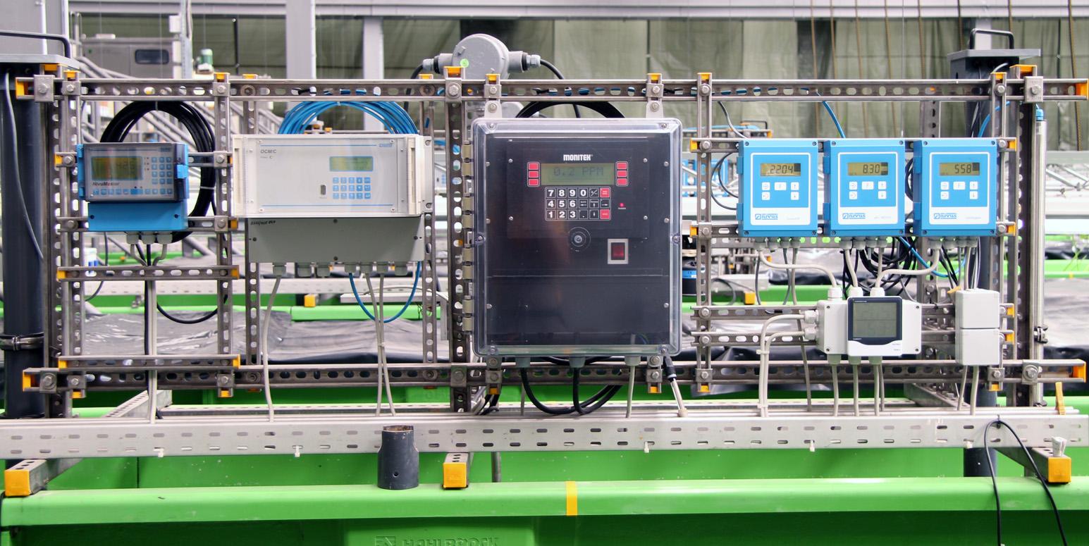 an einem Metallgitter sind senkrecht elektrische Messgeräte mit digitalen Anzeigen und Tasten angebracht