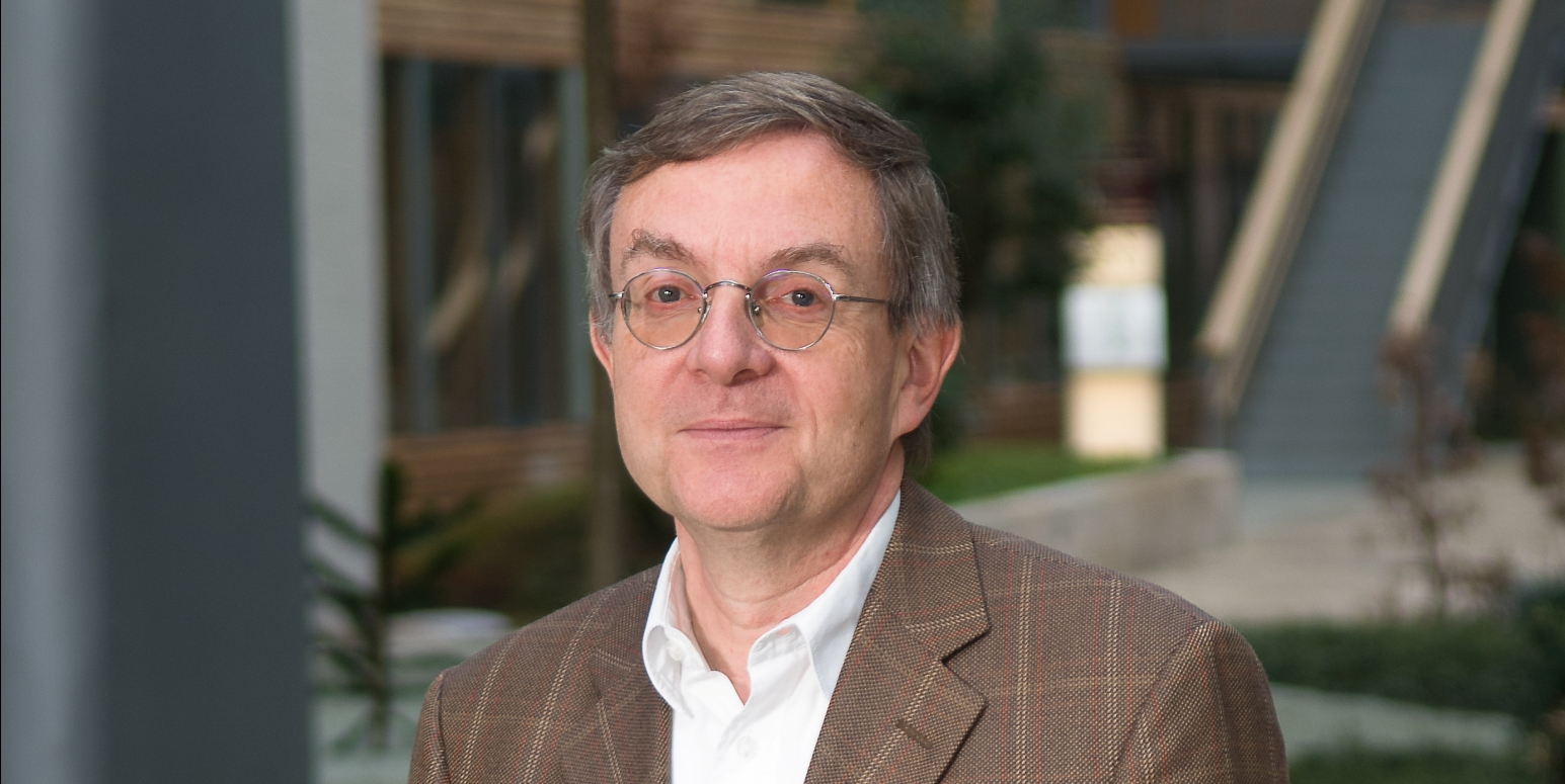 Dr. Michael Angrick im Innenhof des UBA Dessau-Roßlau