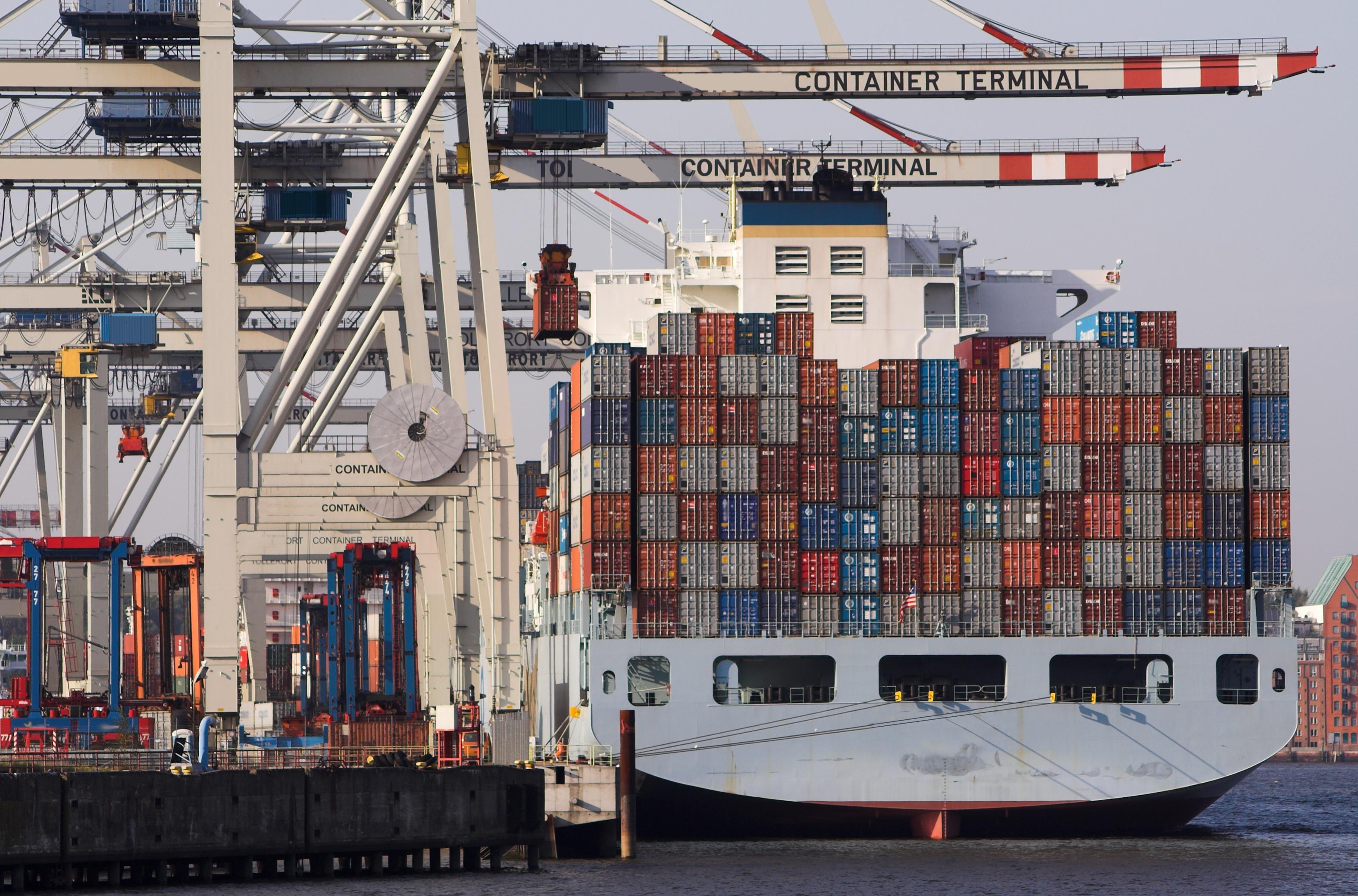 mit Containern beladenes Güterschiff an einem Container-Terminal