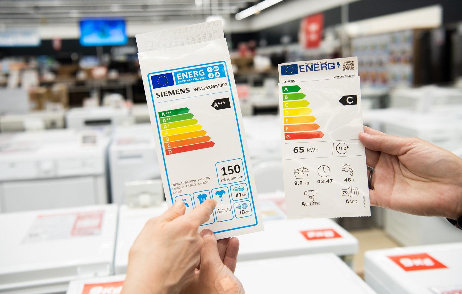 Zwei Energielabel-Aufkleber für Elektrogeräte, links mit den Klassen A+++ bis D, rechts mit den Klassen A bis G.
