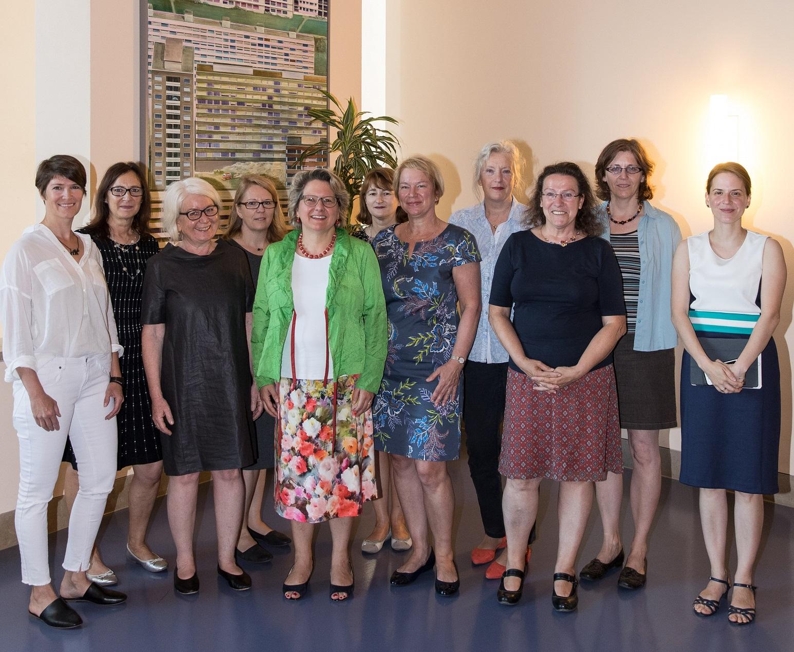 Gruppenfoto mit 11 Frauen in einem Gebäude