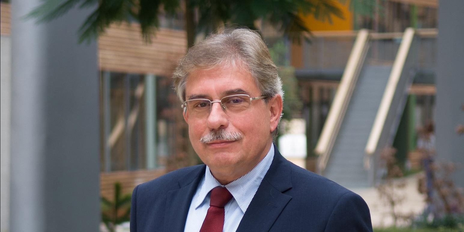 Dr. Thomas Holzmann im Innenhof des UBA-Dessau