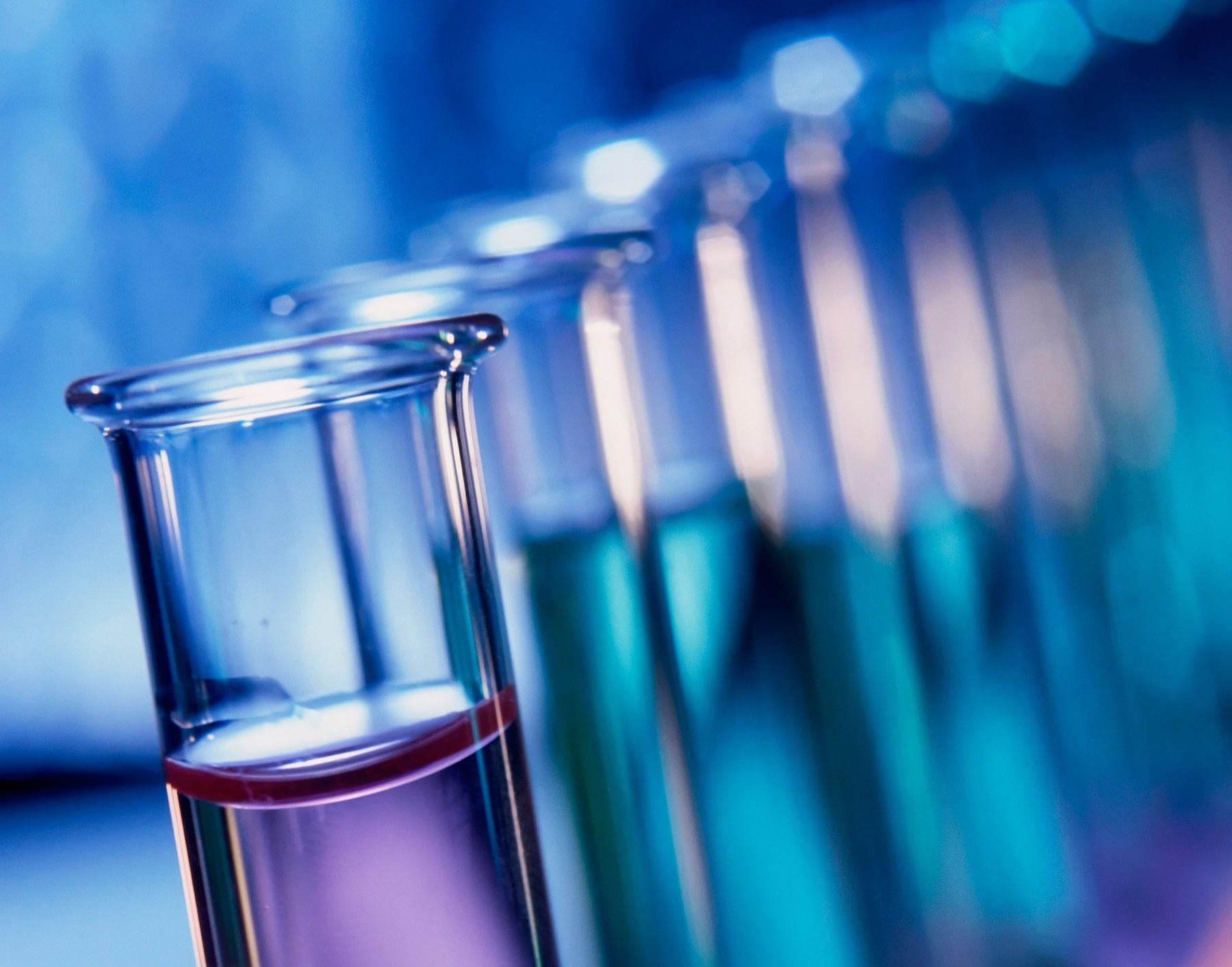Reagenzgläser mit verschiedenfarbigen Flüssigkeiten in einem Ständer