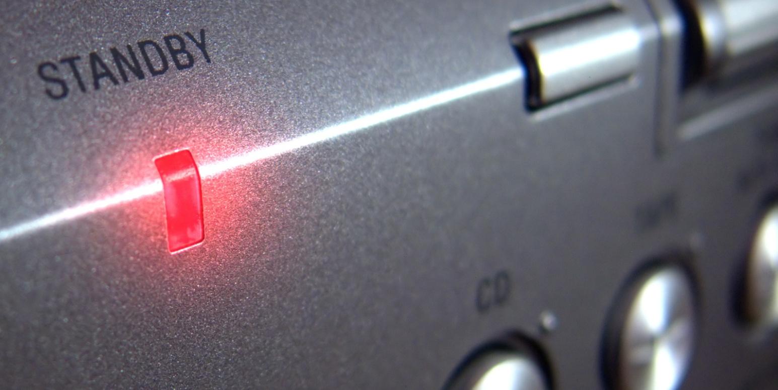 An einem Gerät einer Musikanlage brennt eine rote Standby-Lampe