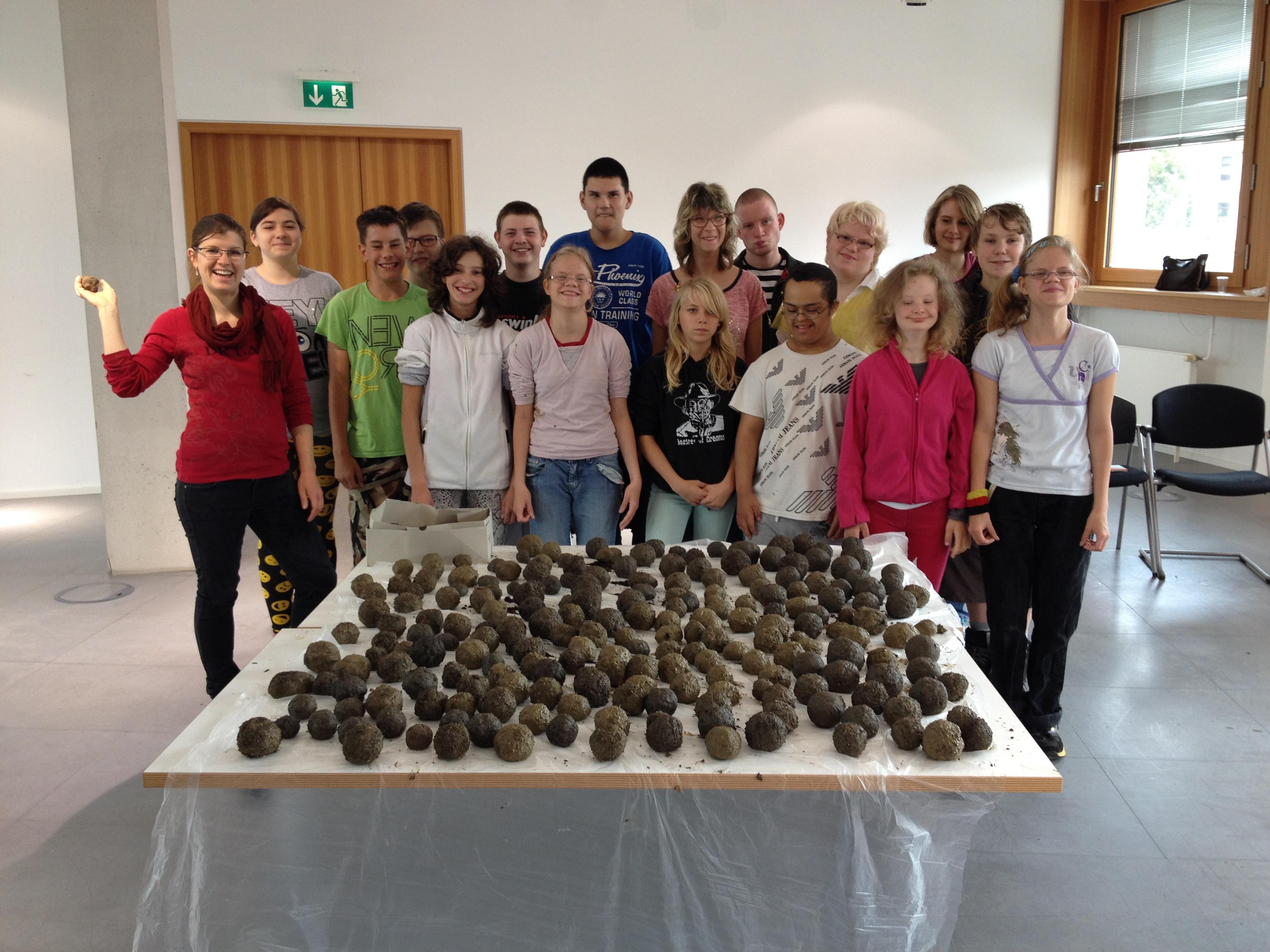 Eiruppenfoto der Kinder aus der Regenbogenschule mit den Samenbomben