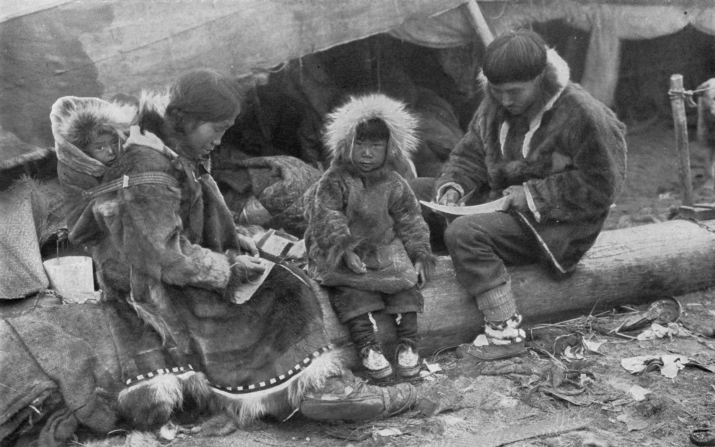 Schwarzweiß Foto einer Inupiat-Familie