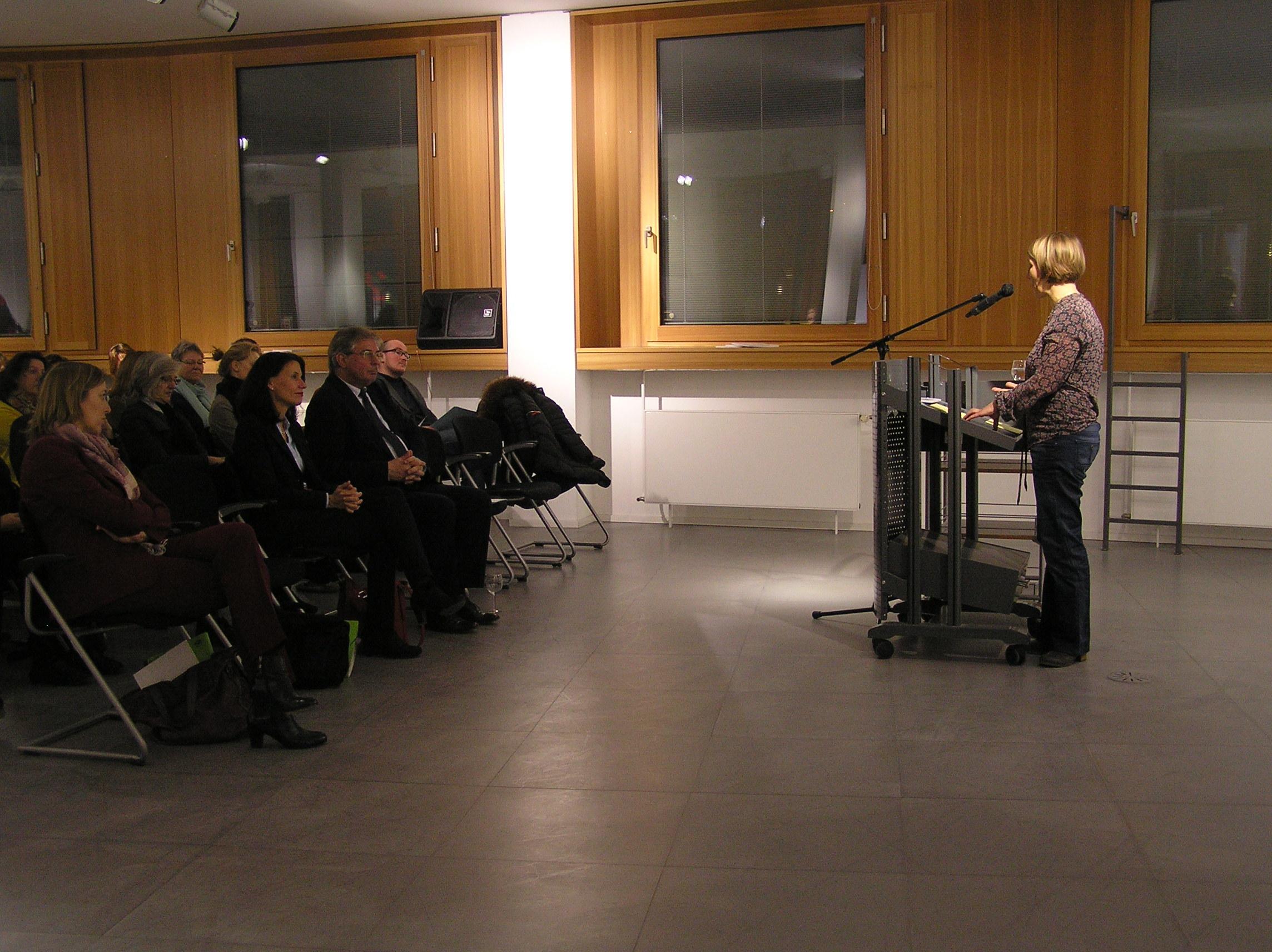 Umwelthistorikerin Anna-Katharina am Rednerpult bei ihrer Rede zur Eröffnung der Ausstellung.