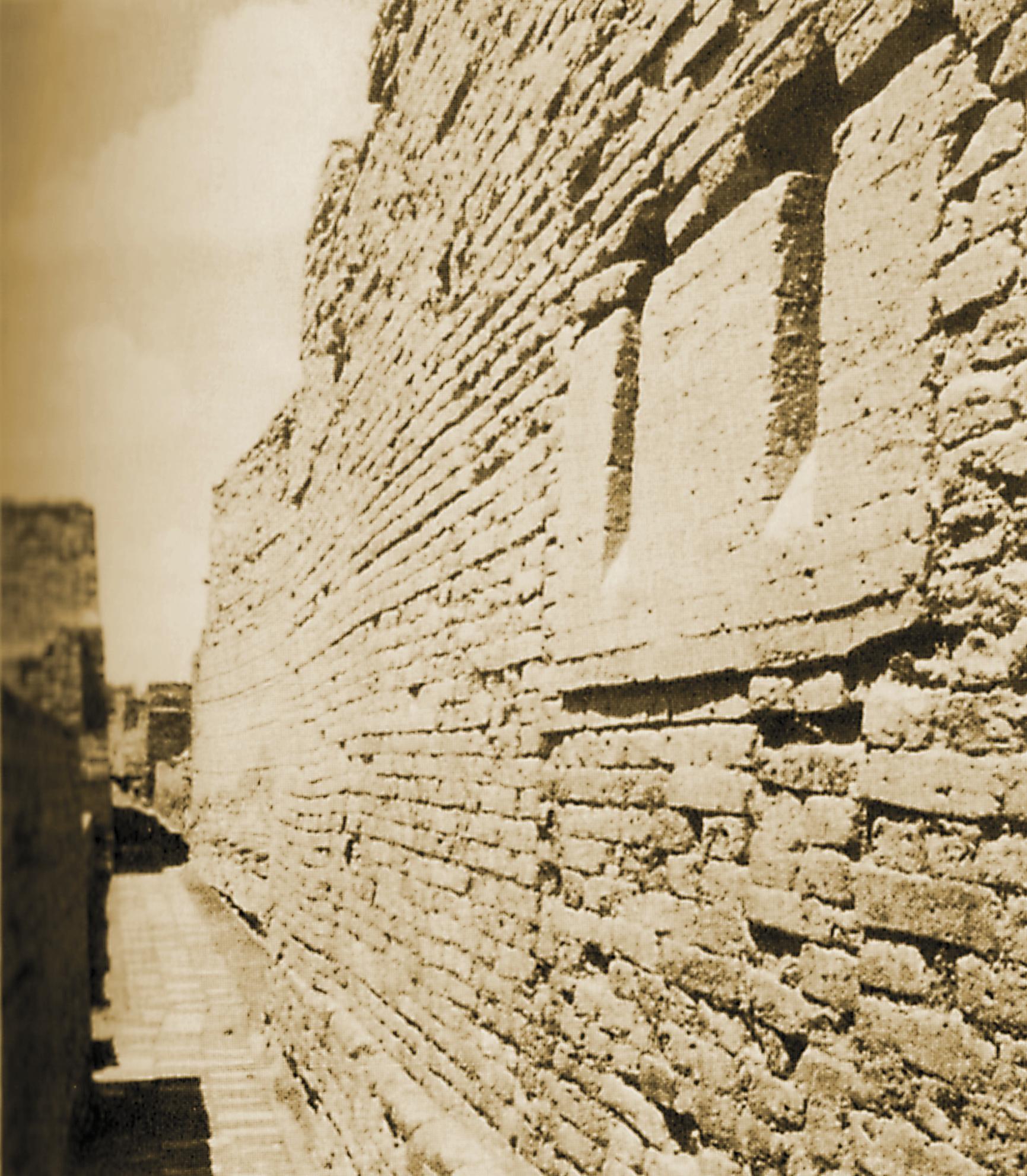 Abschüssige Auslassungen in der Mauer eines antiken Steinhauses durch die Müll aus dem Gebäude in Tongefäße auf der Straße darunter entsorgt wurde.
