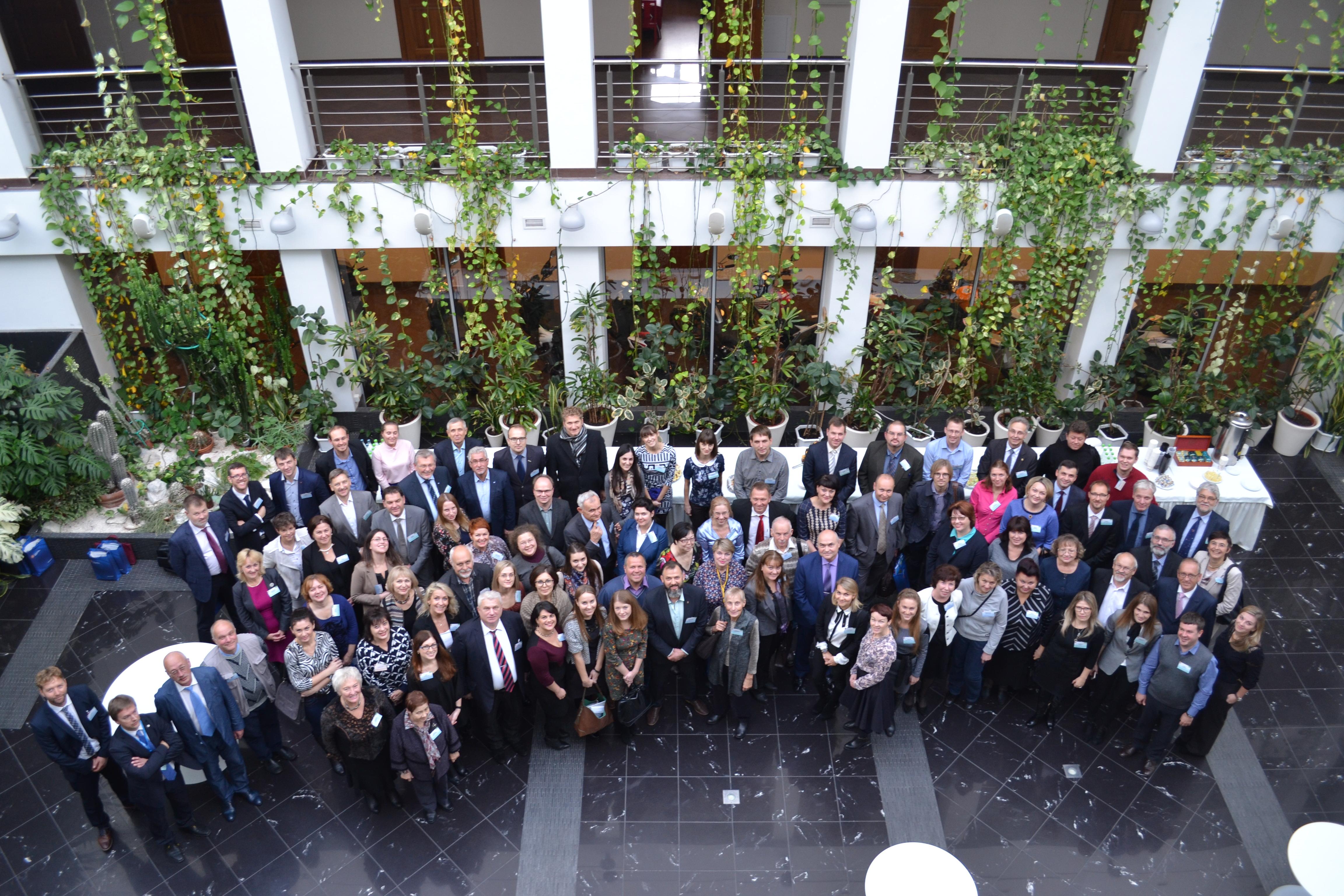 Gruppenbild der Teilnehmer, von oben auufgenommen