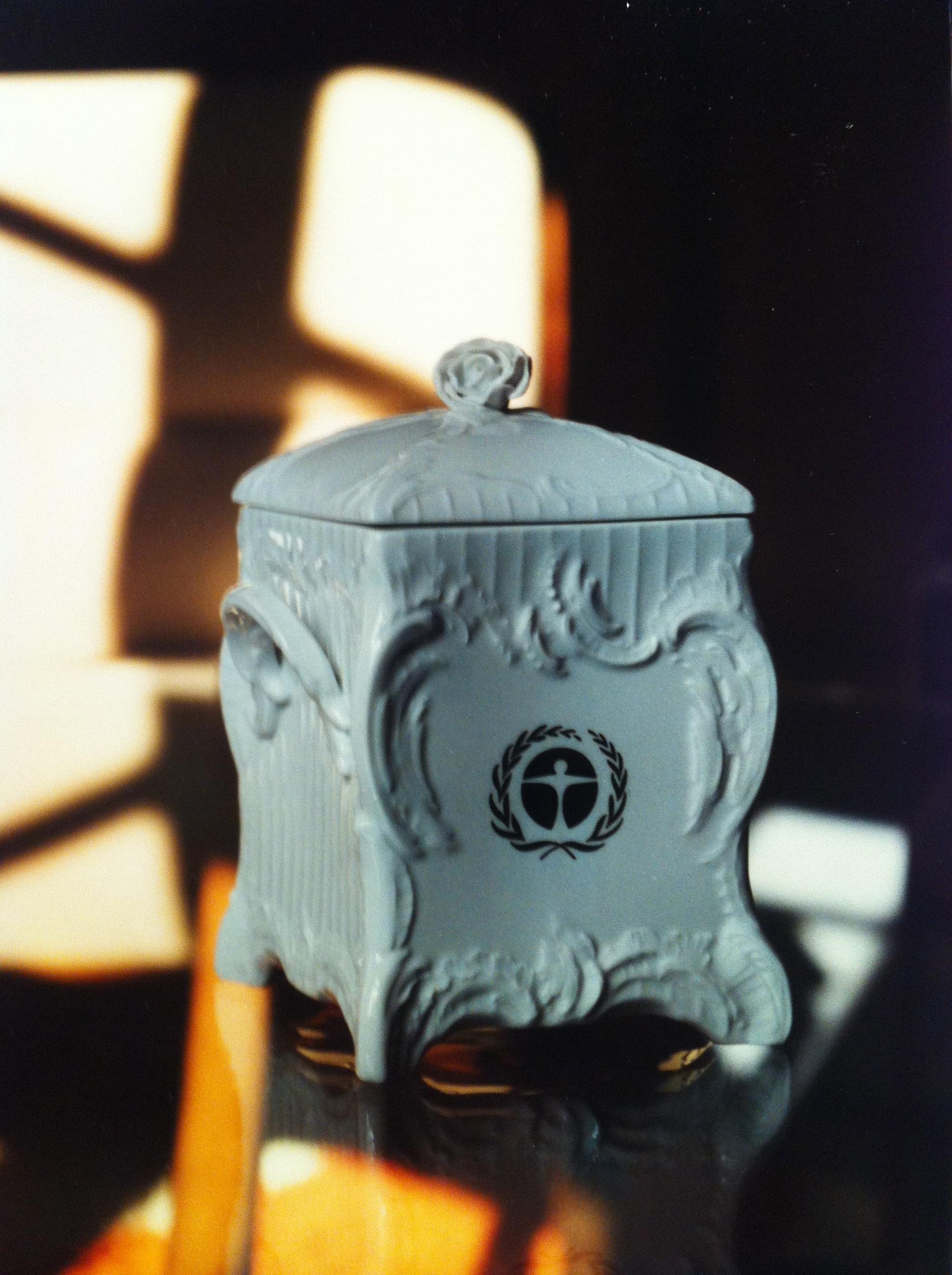 """Zu seiner Verabschiedung erhielt von Lersner 1995 von seiner Belegschaft eine Tabakdose der KPM – stilgerecht verziert mit dem """"Blauen Engel""""."""