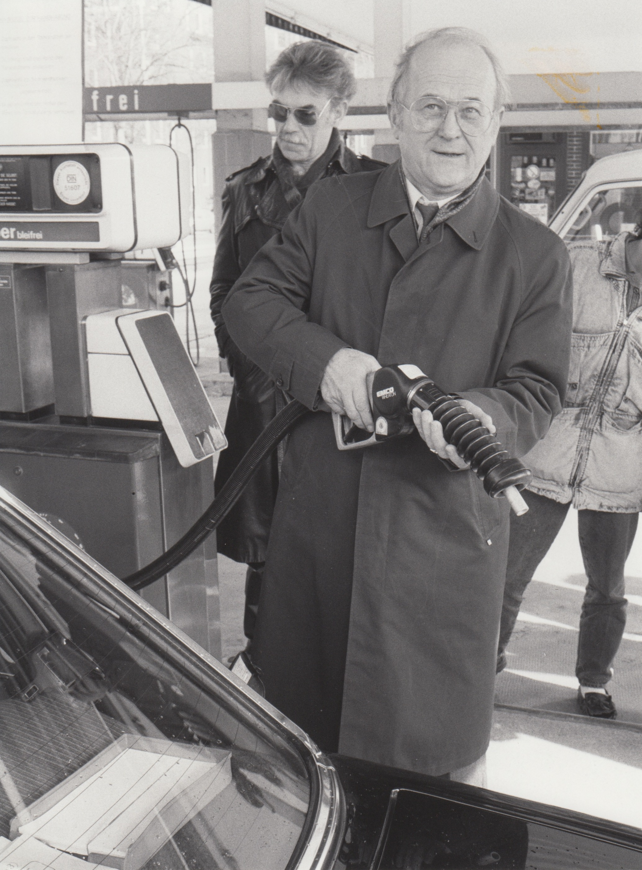 UBA-Präsident Heinrich von Lersner demonstriert 1988 an einer Tankstelle in Berlin-Tempelhof das Gaspendelverfahren zur Rückführung giftiger Benzoldämpfe.