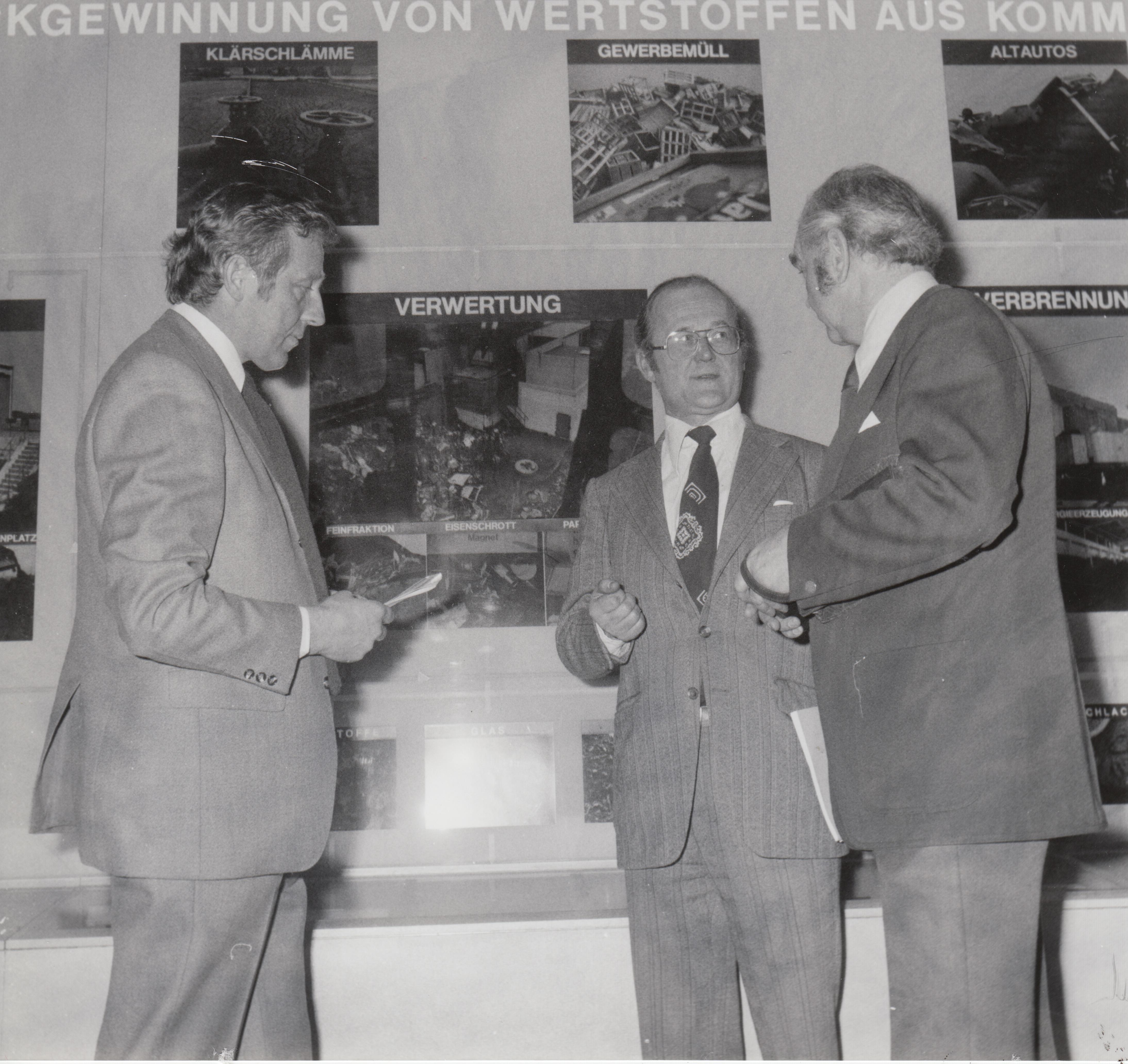 Hannover Messe 1977: UBA-Präsident Heinrich von Lersner (mitte) erläutert das Konzept des Umweltbundesamtes zur Rückgewinnung von Wertstoffen aus kommunalen Abfällen.