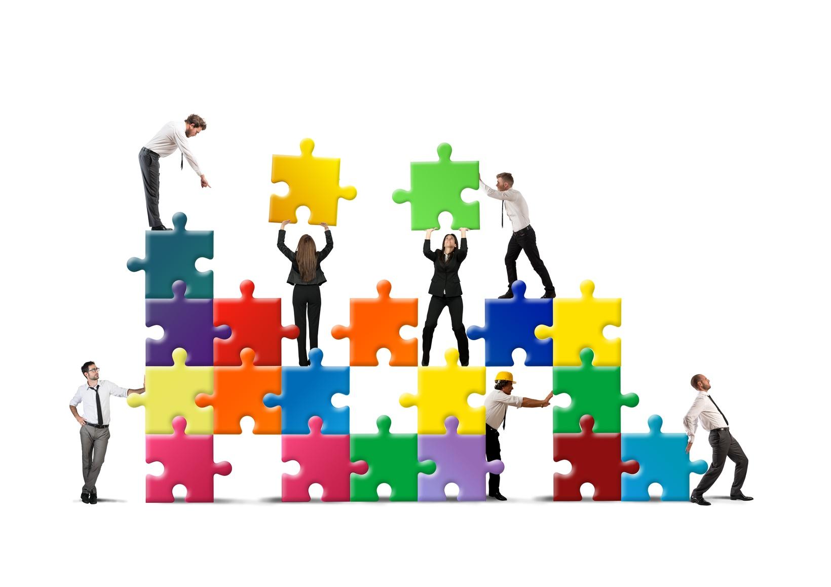 Figuren bauen ein Unternehmen aus Puzzelteilen auf