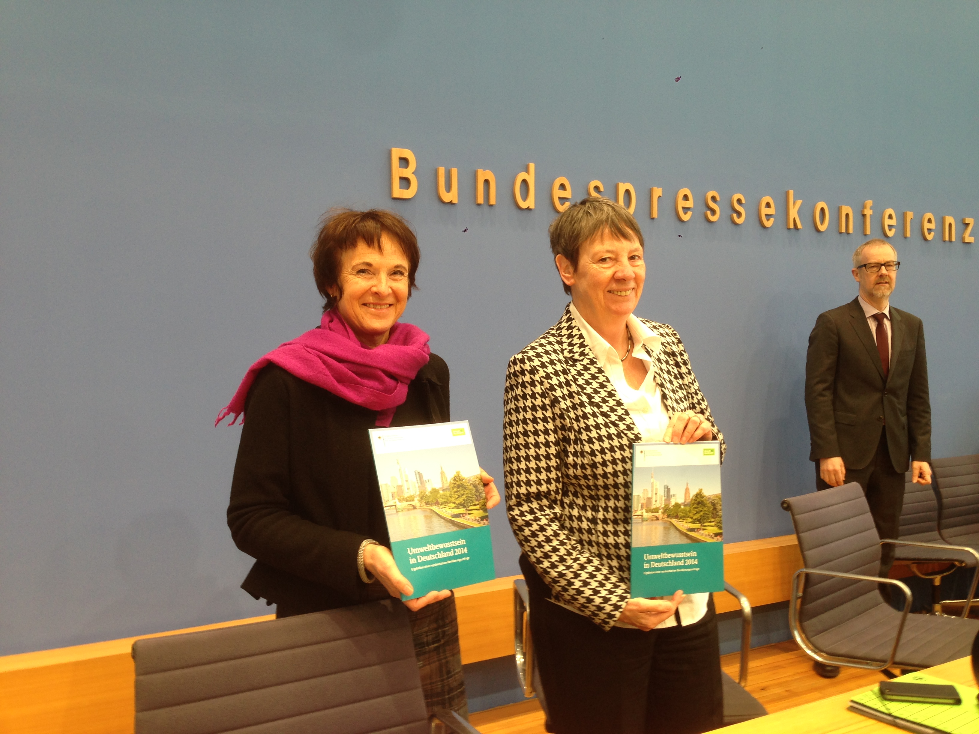Barbara Hendricks und Maria Krautzberger stellen die Umweltbewusstseinsstudie 2014 vor