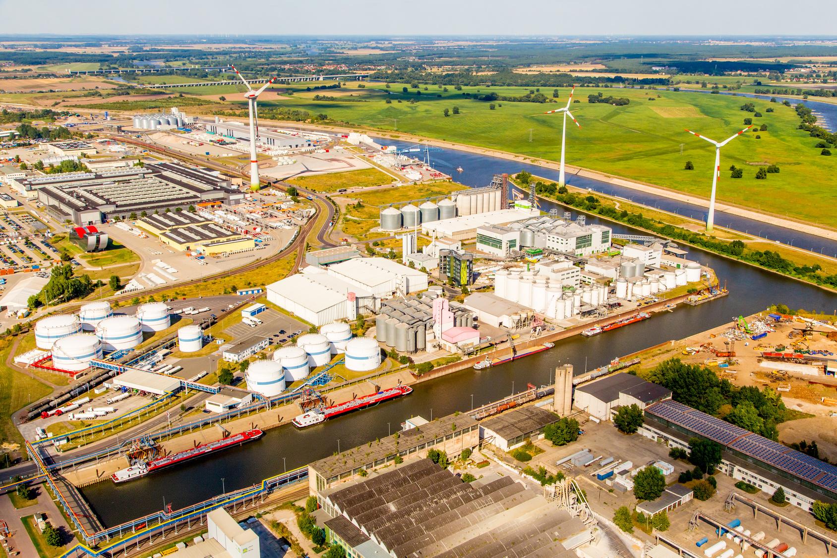 Industrieanlage am Fluss