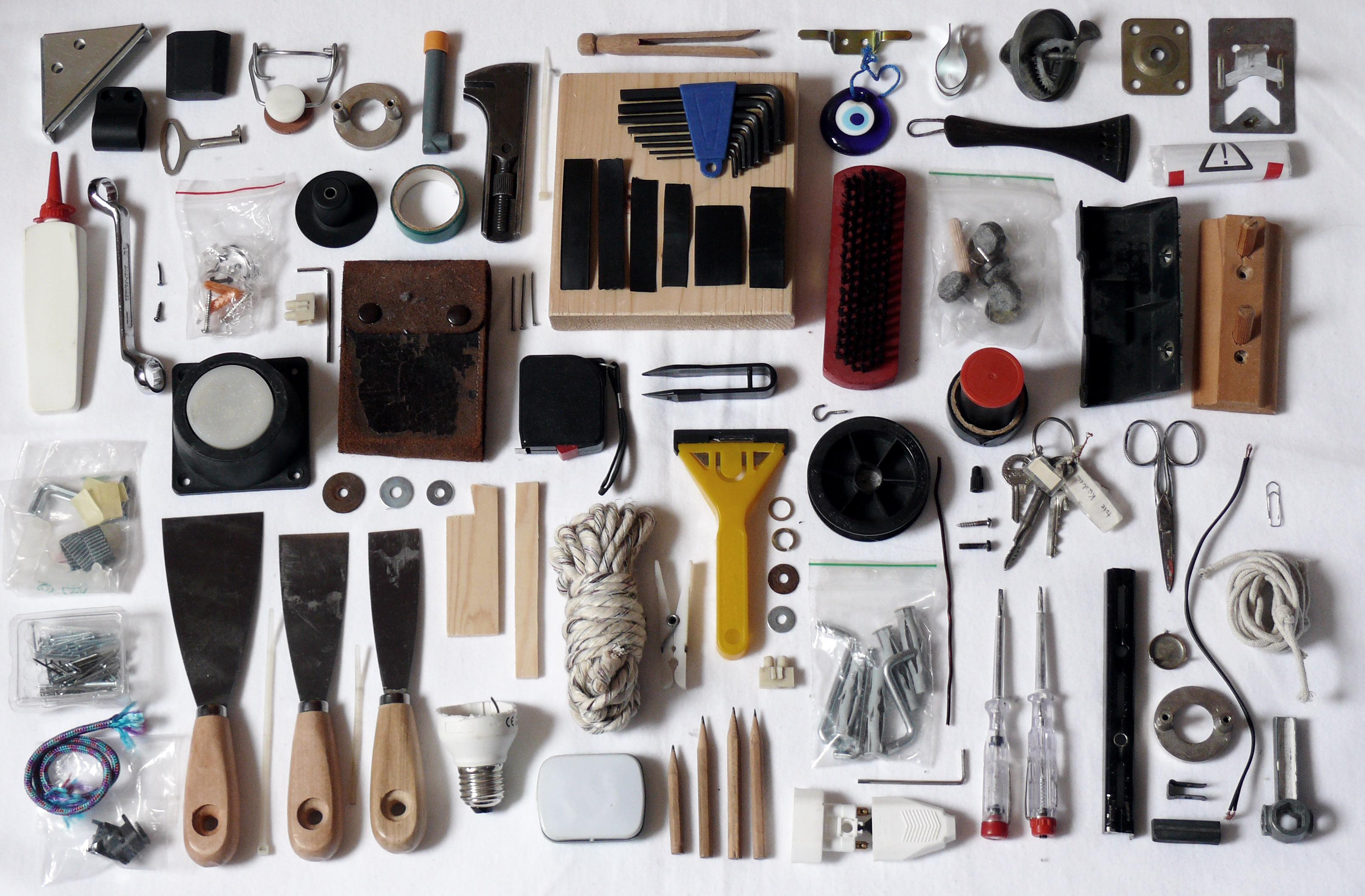ganz viele verschiedene auf einer Fläche angeordnete Werkzeuge