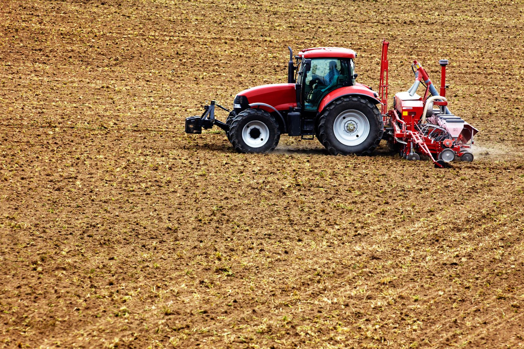 Trecker auf landwirtschaftlicher Fläche.