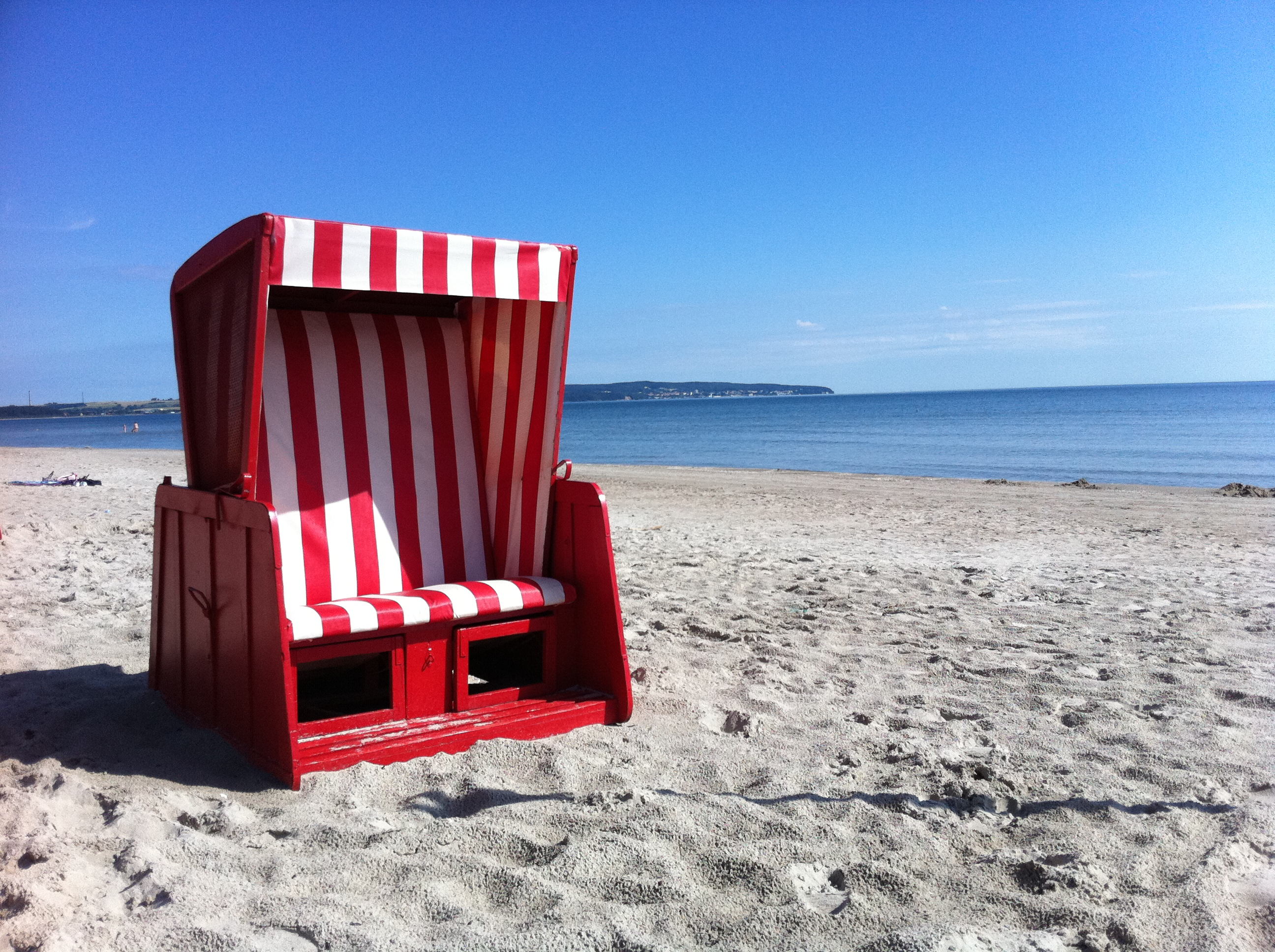 Strandkorb auf Sanddstrand.