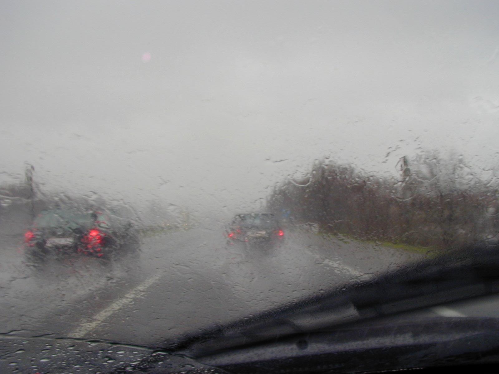 Sicht durch die Frontscheibe eines PKW bei Regen.