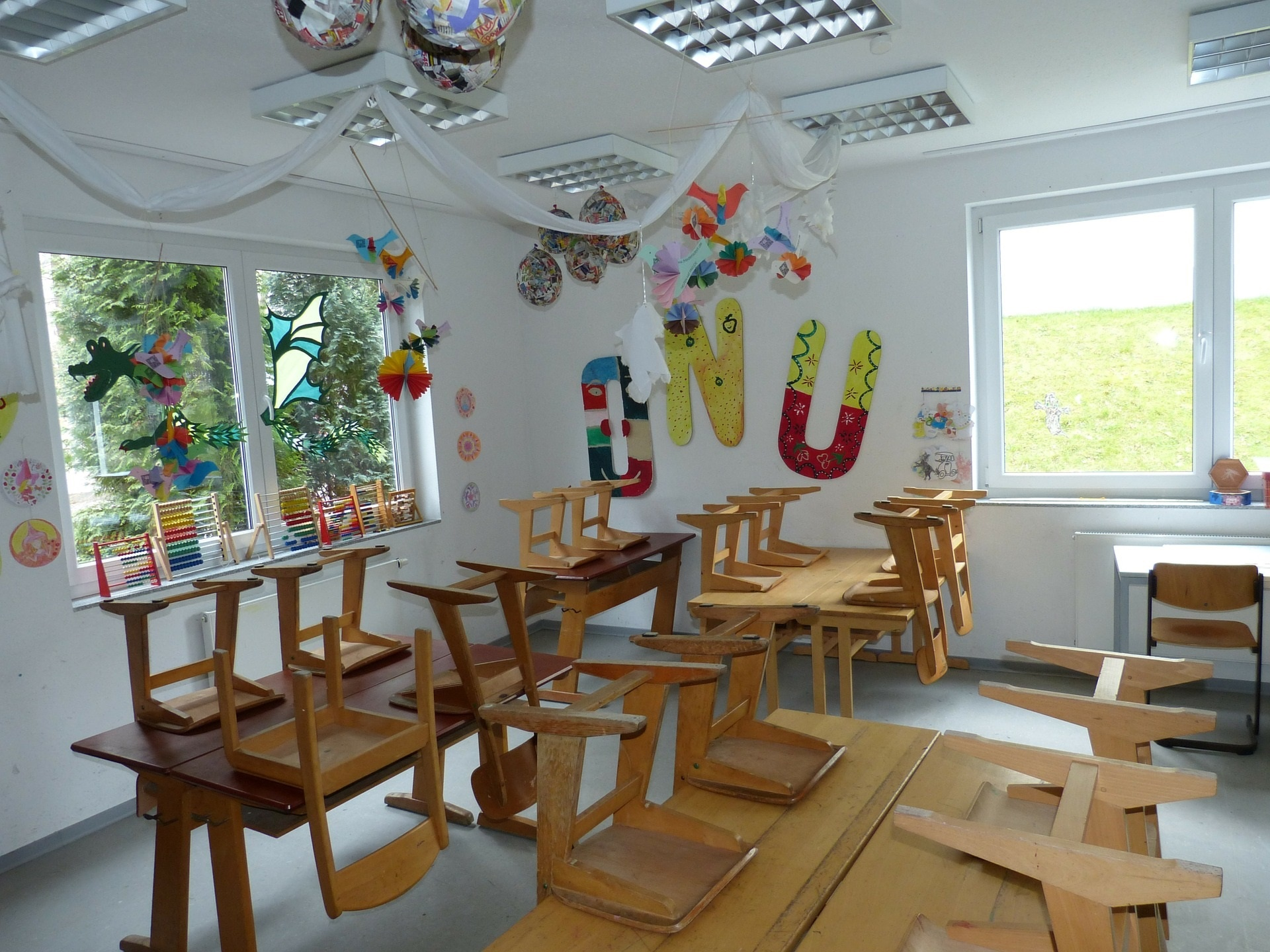 Klassenraum mit hochgestellten Stühlen