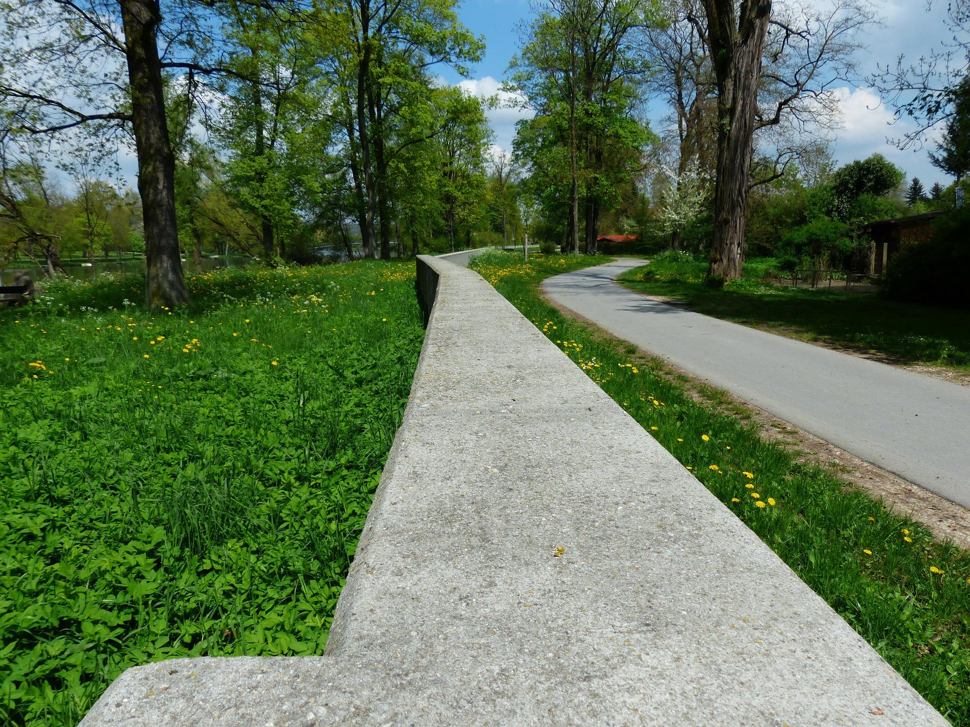 Hochwasserschutzweg an einem Grünstreifen