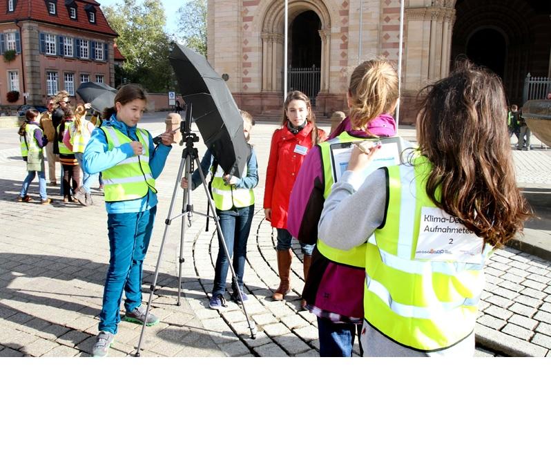 Schülerinnen mit Messgeräten in der Stadt.