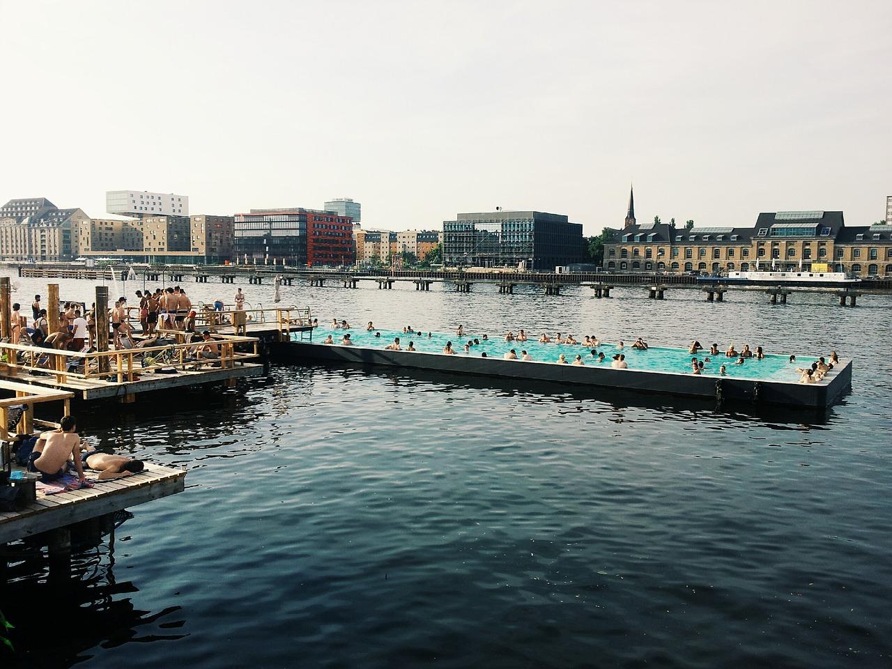 Eine Vielzahl von Personen badet im Badeschiff auf der Spree in Berlin