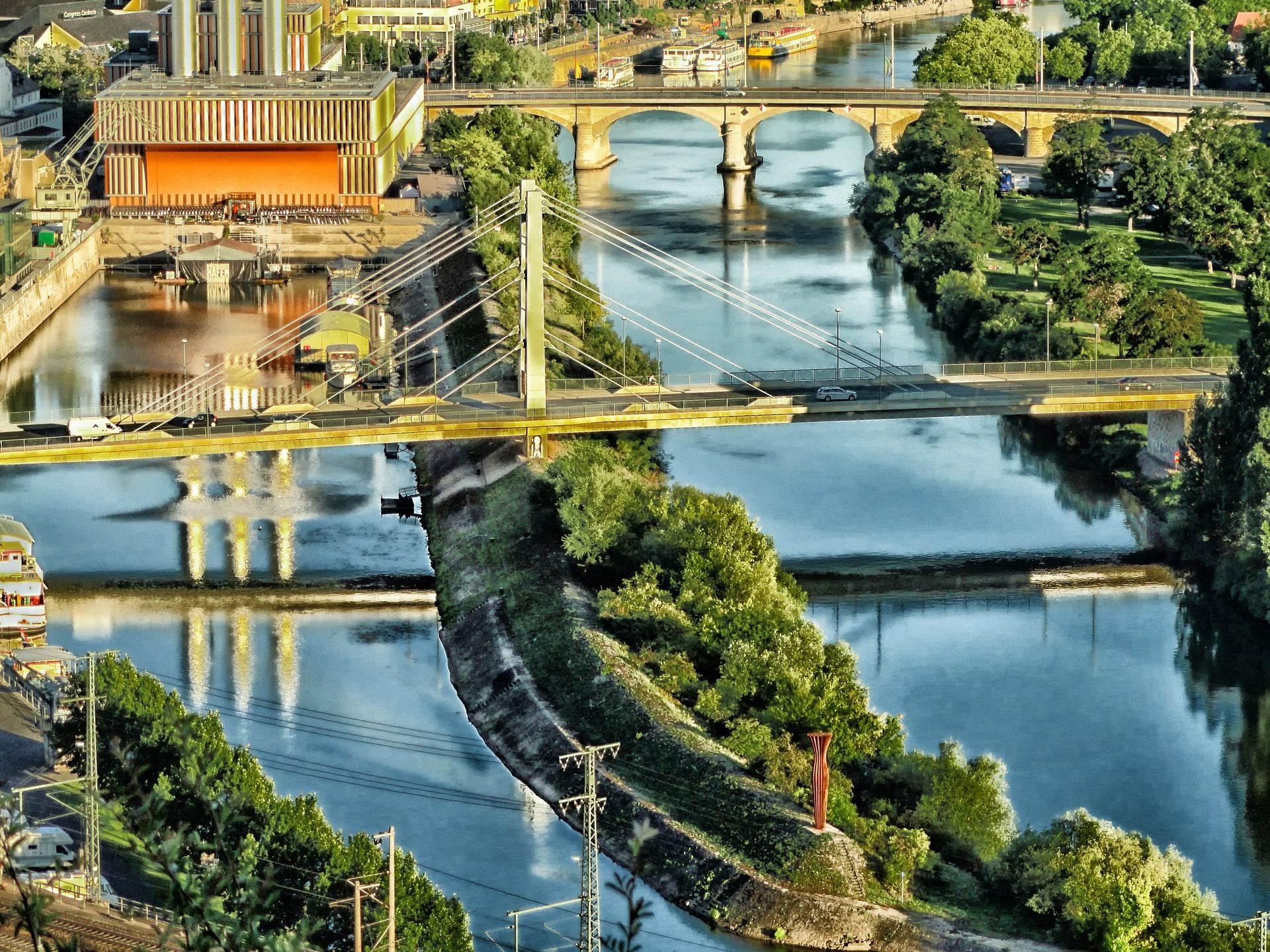 Blick auf zwei Flussarme die von Brücken überspannt werden