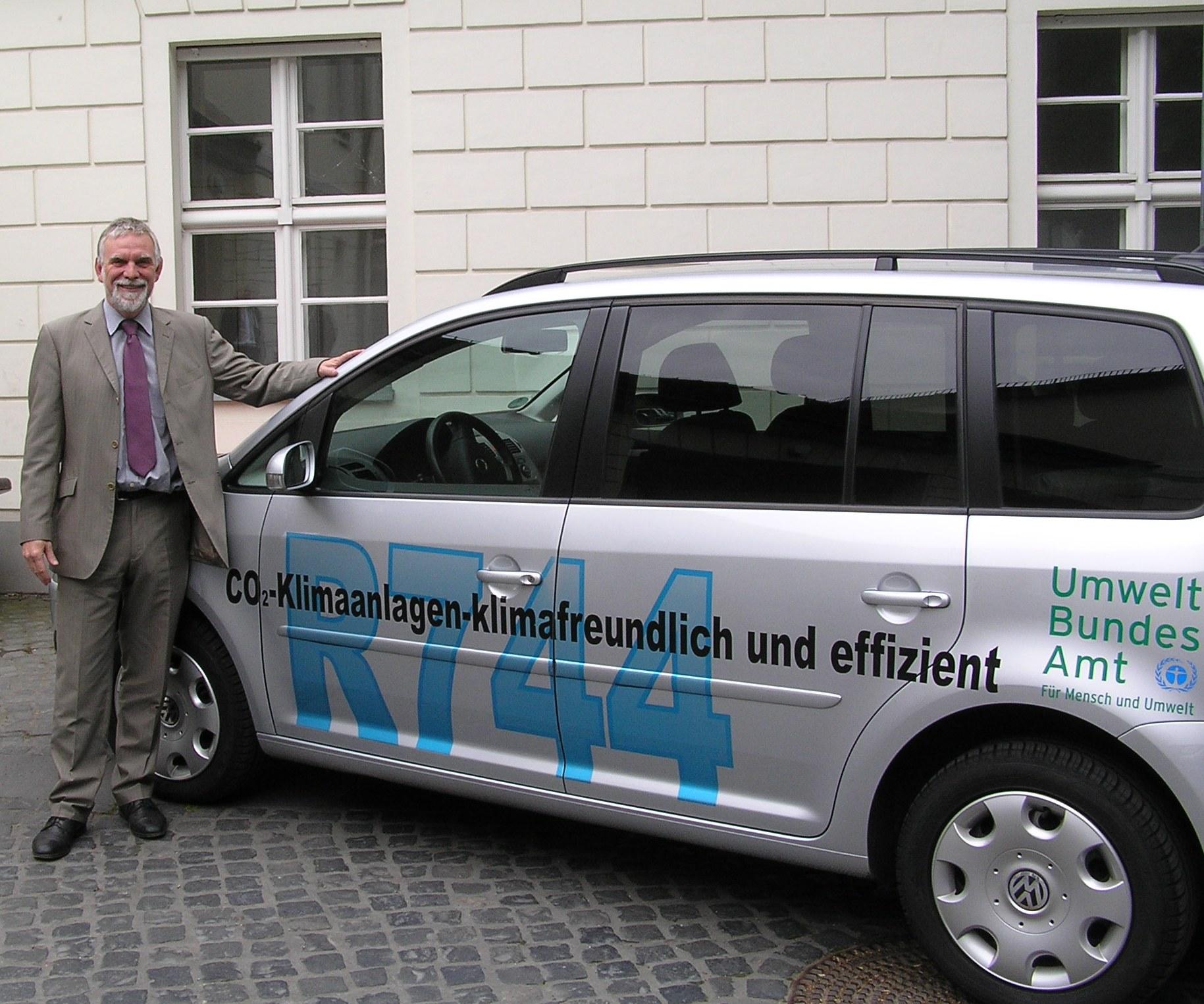 UBA Präsident Jochen Flasbarth vor dem klimafreundlichen Dienstwagen des UBA