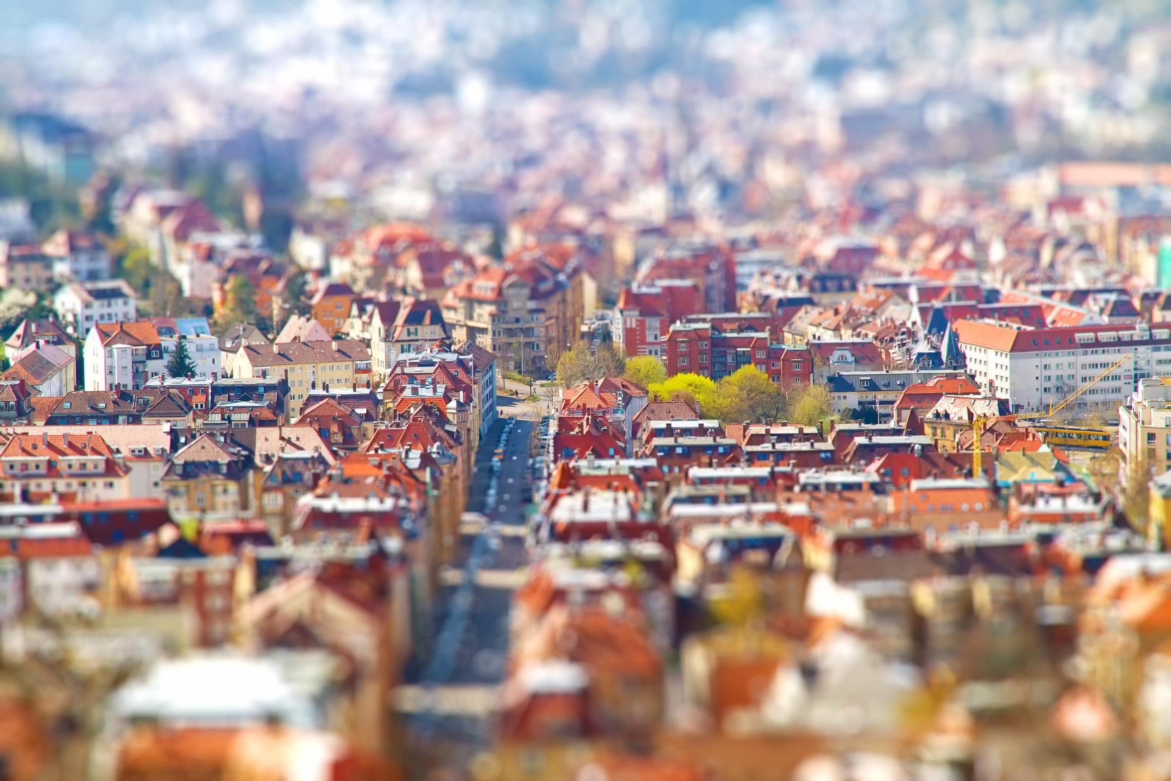 Man sieht die Draufsicht auf eine Stadt.