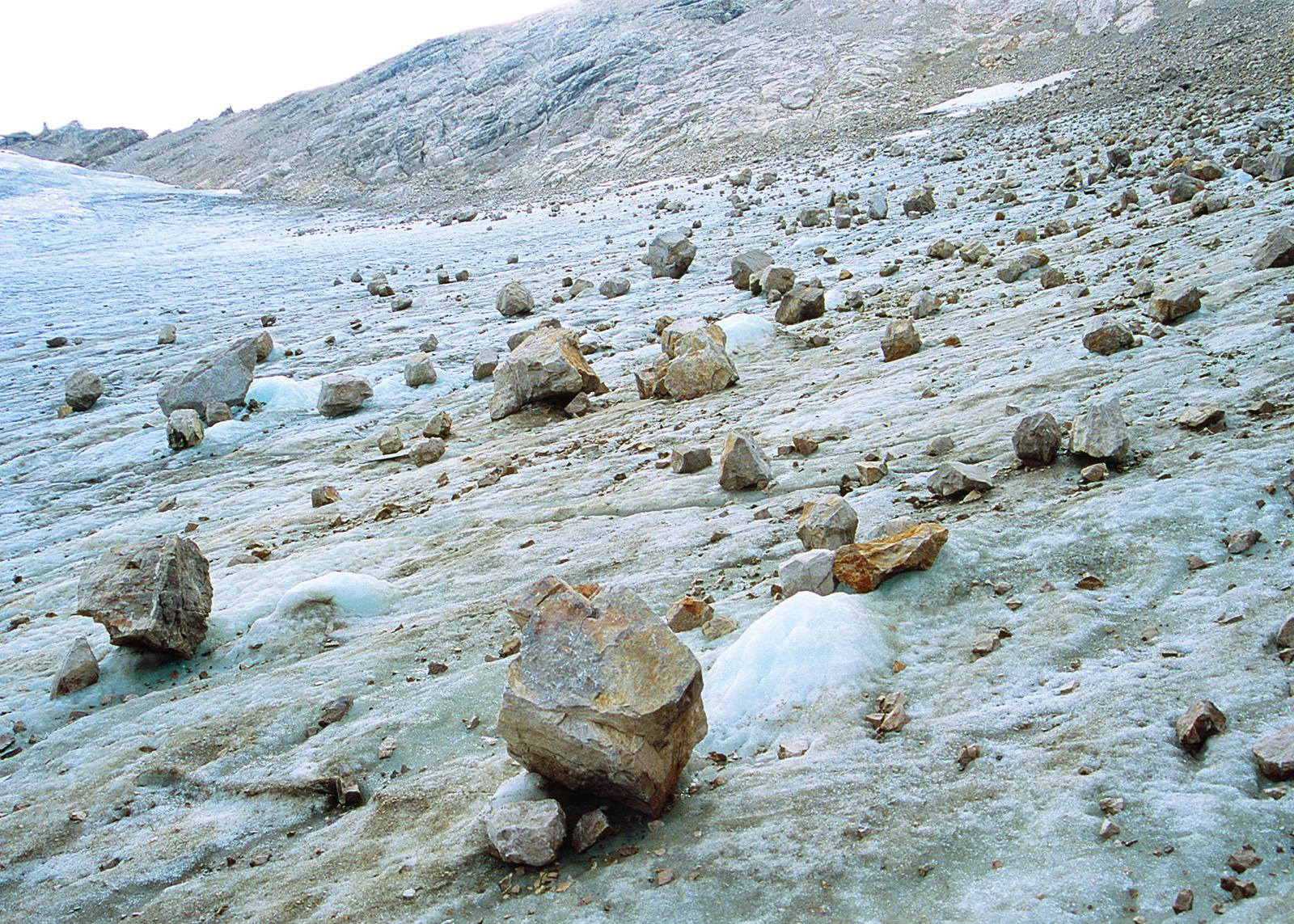 Größere Steine auf einem vereisten Abhang.