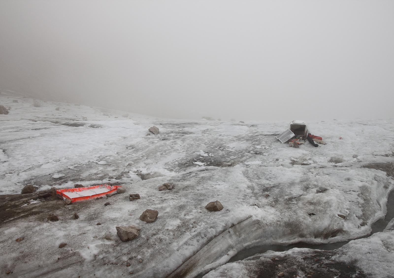 Verlassene Bergsteigerausrüstung bei Schlechtwetter auf der Zugspitze.