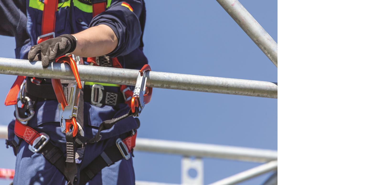 Das Bild zeigt eine Einsatzperson mit einem Klettergurt, der sich in einem Metallgestell eingehängt hat.