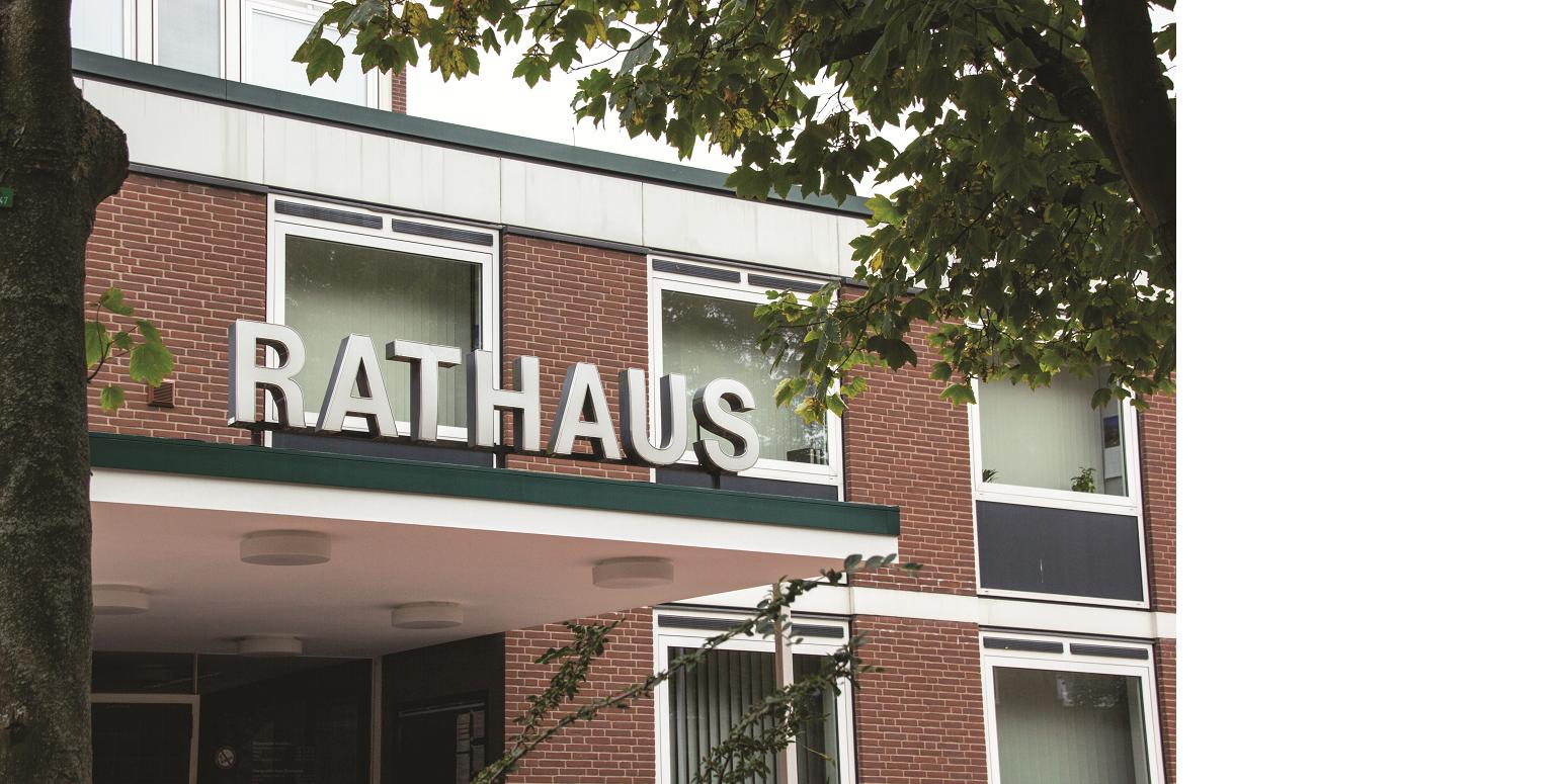 Das Bild zeigt ein mit Klinkersteinen verkleidete Gebäude mit der Aufschrift Rathaus