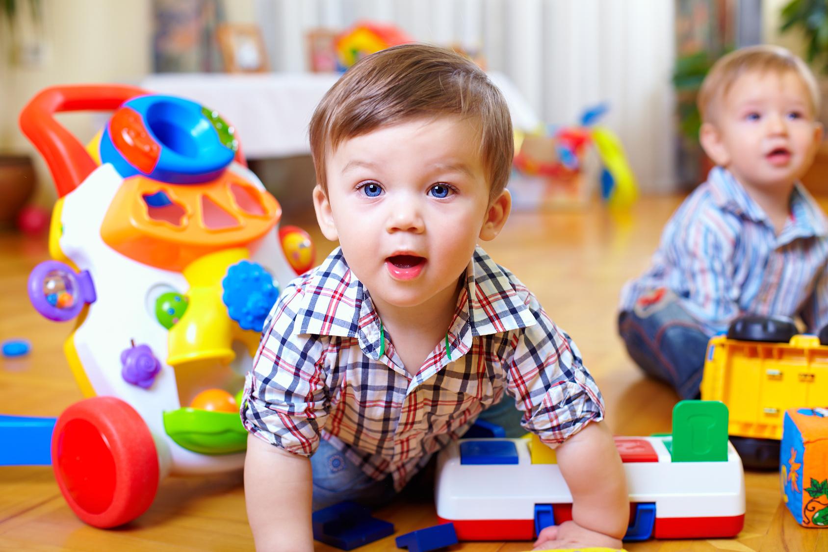 Zwei mit Plastikspielzeugen spielende Kinder