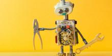 Ein Roboter mit Werkzeug in der Hand auf gelbem Hintergrund