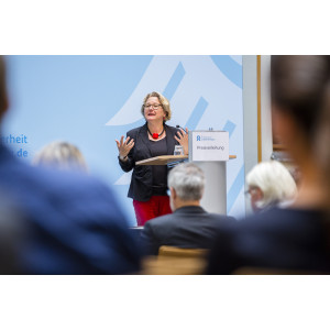 Bundesumweltministerin Svenja Schulze eröffnet die Preisverleihung Blauer Kompass