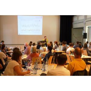 """Gudrun Mühlbacher, Leiterin des Regionalen Klimabüros München, berichtet in ihrer Präsentation """"Klimawandel in Bayern"""" über die Niederschlagssummen in Kempten im letzten Jahrhundert"""