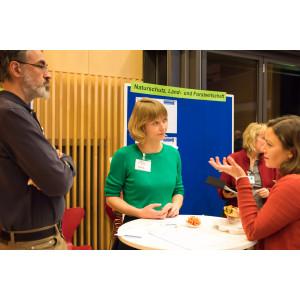 Am Thementisch Naturschutz, Land- und Forstwirtschaft diskutieren Teilnehmende über die Möglichkeiten der Klimaanpassung für die Stadt Frankfurt am Main