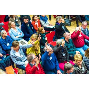 Nach der Präsentation zu den bisherigen und zukünftigen Klimaveränderungen im Stadtgebiet Frankfurt am Main gibt es mehrere Wortmeldungen im Publikum