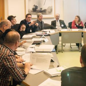 Teilnehmer des Workshops Bauen sitzen zusammen und diskutieren