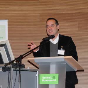 Dr. Alexander Ferstl von der Europäische Kommission, Generaldirektion für Klimapolitik, steht auf der Bühne hinter dem Rednerpult und hält seinen Vortrag